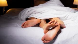 Двое людей в постели