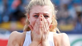 Beth Dobbin se lleva las manos a la cara tras coronarse campeona británica de los 200 metros planos.