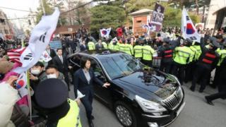 韩国前总统朴槿惠的支持者在她的家外集会,当局派出大量警员维持秩序。