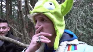 Captura del video publicado por Logan Paul en el bosque japonés de Aokigahara. (Foto: YOUTUBE/Logan Paul)