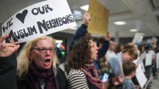 پلاکارت یک معترض: من همسایگان مسلمانم را دوست دارم