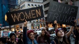 Демонстрация женщин возле здания корпорации Трампа