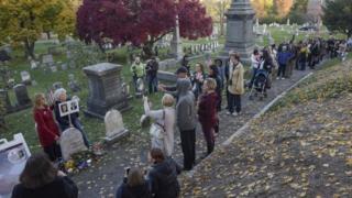 Fila frente a la tumba de Anthony en el cementerio dee Rochester, estado de Nueva York.