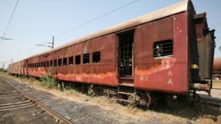 गोध्रा रेल्वे स्टेशनच्या बॅकयार्डमध्ये ठेवलेले डबे