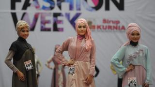 Ngày càng có nhiều phụ nữ Indonesia mang khăn trùm Hồi giáo so với trước đây, BBC đến tìm hiểu về hiện tượng này.