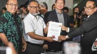 Ketua Tim Hukum BPN Bambang Widjojanto (kedua kiri) bersama penanggung jawab tim hukum Hashim Djojohadikusumo (ketiga kiri) dan anggota tim hukum Denny Indrayana (kiri) melakukan pendaftaran gugatan perselisihan hasil Pemilihan Presiden dan Wakil Presiden 2019 di MK.