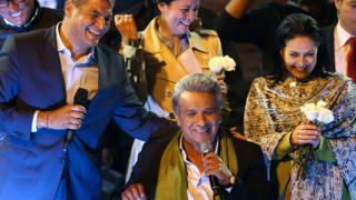 Lenín Moreno (sentado) celebra junto a Rafael Correa y su esposa, Rocío Gonzalez.