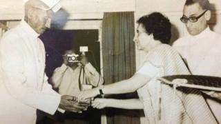 నాటి భారత ప్రధాని ఇందిరాగాంధీ వెనుక సూట్లో ఉన్న వ్యక్తి రీసెర్చ్ అండ్ అనాలిసిస్ వింగ్ మొదటి డైరెక్టర్ రామేశ్వర్నాథ్ కావ్.
