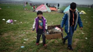 Children carry kindling wood at the Idomeni camp (07 March 2016)
