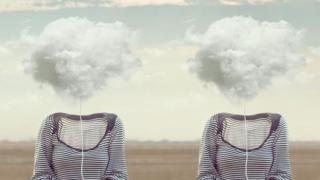 Nubes con siluetas de mujeres.