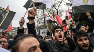 محتجون أمام القنصلية المصرية في اسطنبول