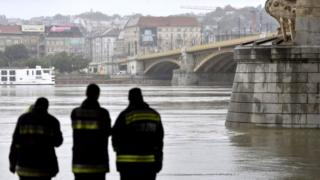 Rescue officials inspect Danube river as search efforts continue. Photo: 30 May 2019