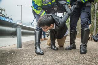 โจชัว หว่อง ถูกตำรวจควบคุมตัวเมื่อพยายามหยุดรถของผู้นำระดับสูงของจีนเมื่อเดือนพฤษภาคม 2016