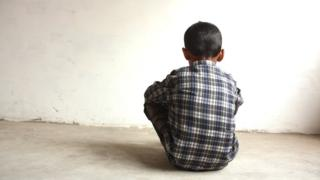 Un niño de espaldas