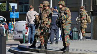 Police and army personnel stand guard during a bomb alert outside the Brussels-North (Gare du Nord) train station, 5 October 2016
