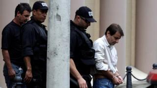 Em foto de 2009, Battisti aparece escoltado por policiais federais