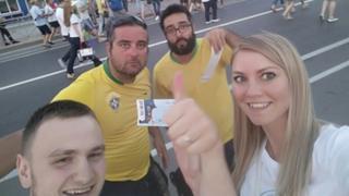 Gleb Obodovsky, a mulher, Marina e os dois brasileiros que doaram ingressos a eles