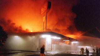 Un local comercial en llamas durante los disturbios de 1992 en Los Ángeles