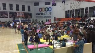 Residentes evacuados en un polideportivo en Chiapas.