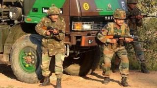 কাশ্মীরের আখনুরে ভারতীয় সেনাবাহিনীকে দেখা যোচ্ছে