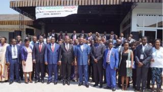 Prezida Nkurunziza akikujwe na bamwe mu baje baserukira abarundi baba mu bindi bihugu