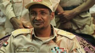 Maxamad Xamdan Xumeydti, oo ah taliye ku xigeenka Golaha Militeriga ayaa heshiiska u saxiixay Sudan