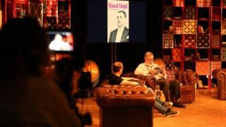 Y darlledwr Hywel Gwynfryn oedd awdur y dydd heddiw yn y Babell Lên // Broadcaster Hywel Gwynfryn discussed his biographies of David Lloyd and Ryan and Ronnie in the Pabell Lên