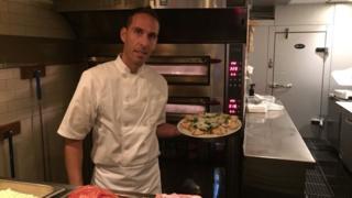 Renato Viola muestra una de sus pizzas en su restaurante de Miami Beach.