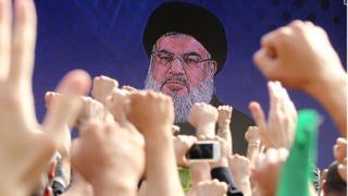 أنصار حزب الله يؤيدون أمينه العام حسن نصر الله في أحد خطاباته في أكتوبر/تشرين الأول 2016