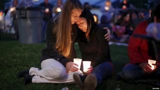 アンプクア・コミュニティー・カレッジで起きた銃乱射事件の犠牲者の追悼のため人々が集まった