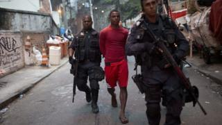 Police arrests suspected drug dealer in the Pavao-Pavaozinho favela - photo from 10 Oct 16