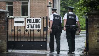 兩名北愛警察廳警員進入貝爾法斯特南部某投票站(8/6/2017)