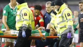 Seamus Coleman porté dans une civière après sa double fracture