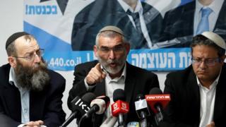Michael Ben-Ari (no centro) com outros dois líderes do partido Poder Judeu durante coletiva