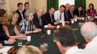 Theresa May'in ilk kabine toplantısı