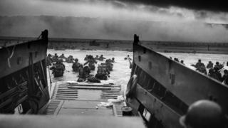 """Desembarco de tropas estadounidenses en la playa de """"Omaha""""."""