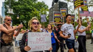 در یک سال گذشته بارها گروههای حامی حقوق اقلیتهای جنسی علیه این دستور آقای ترامپ تجمع کردهاند