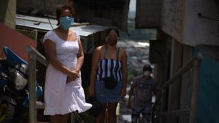 Coronavírus no Equador: ?Embalamos os corpos de minha irmã e meu cunhado em sacos plásticos dentro de casa