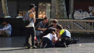Heridos siendo atendidos en Las Ramblas