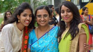 Tanusree Chaudhuri (no centro) com duas de suas colegas de pesquisa em trabalho remoto