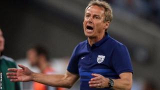Jurgen Klinsmann yashikanye ubudagi mu kibanza ca gatatu mu gikombe c'isi mu 2006