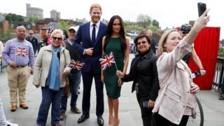 Туристы в Виндзоре фотографируются с восковыми фигурами Гарри и Меган