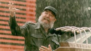 Fidel Castro bajo lluvia da un discurso