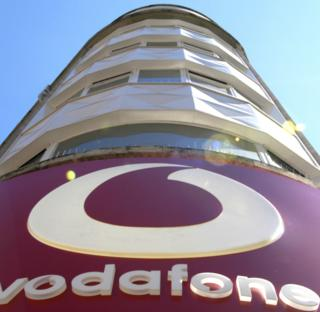 Здание с вывеской Vodafone