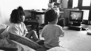 Dos niños viendo Tom y Jerry en la TV