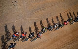 online dating رقبا دوچرخه سواری خود را در مرحله 4 رشته کوه دوچرخه سواری تایتان دوچرخه 2019 بین Merzouga و Mssici در مراکش در تاریخ 1 مه 2019 سوار می کنند