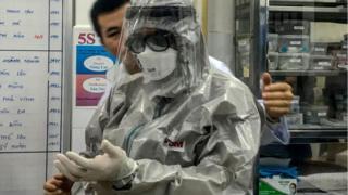 Thứ trưởng Bộ Y tế VN, ông Nguyễn Trường Sơn trong trang phục bảo hộ, thăm bệnh nhân người Trung Quốc bị nhiễm virus corona tại Bệnh viện Chợ Rẫy.