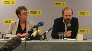 Uluslararası Af Örgütü'nün İngiltere Direktörü Katel Allen (solda) ve Uluslararası Af Örgütü Avrupa ve Orta Asya Direktörü John Dalhuisen