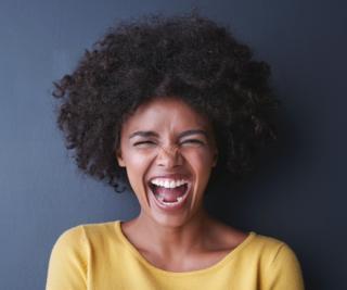 Mujer de raza negra riéndose.