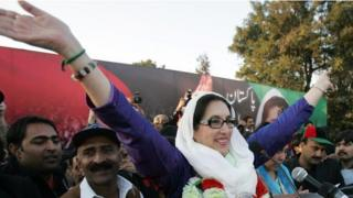 파키스탄 베나지르 부토 전 총리는 2007년에 선거운동 중 암살당했다